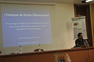 Professor Vitor Hugo explanando os percalços científicos por que teve de passar até chegar ao tema da Governança Eletrônica.