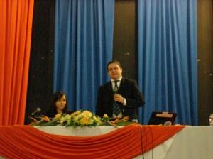 O Prof. Mario Ferreira Monte em mesa com a Dda. Marília De Nardin Budó como comentarista.
